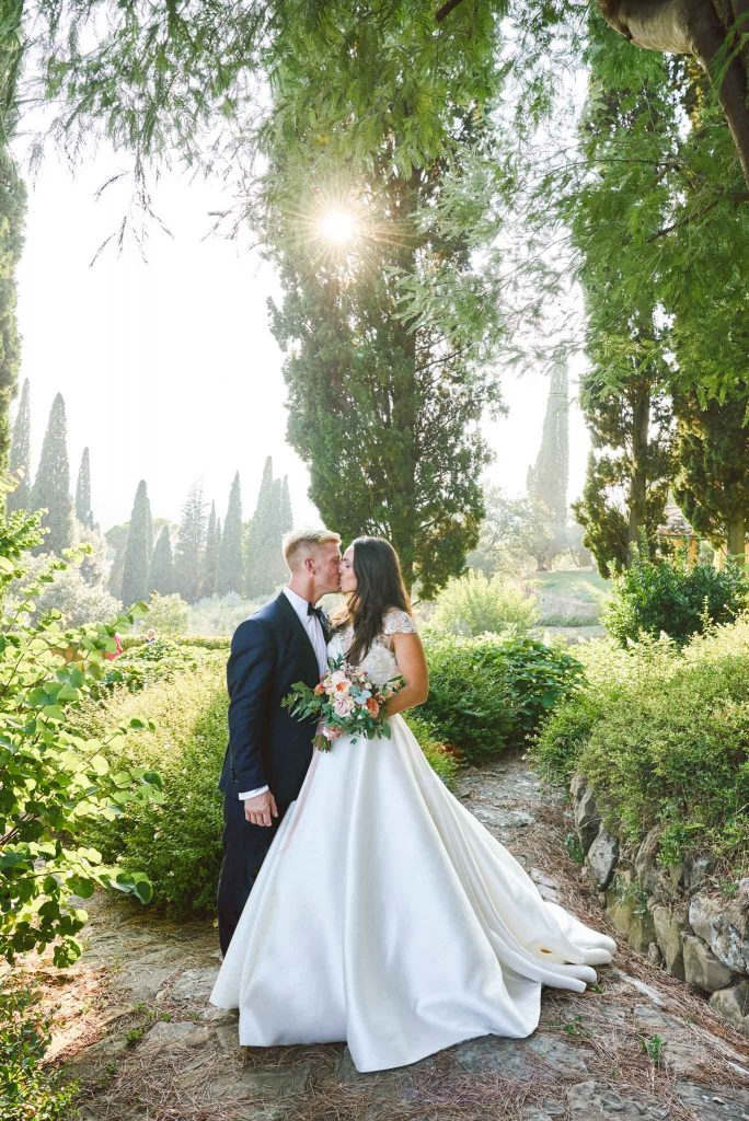 Bride and groom kissing during sunset at the villa le Fontanelle in Florence Italy